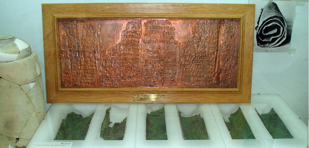 (Medený zvitok pochádzajúci z približne 50-100 rokov nášho letopočtu – reprodukcia je hore, autentické kúsky dole a fotografia zvitku v pravom hornom rohu)