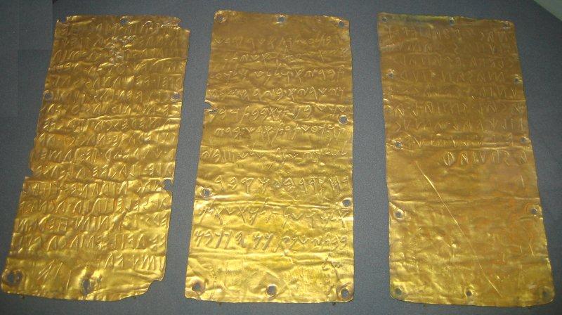 (Zlaté tabuľky/doštičky z Pyrgi pochádzajúce približne z roku 500 pred Kristom)